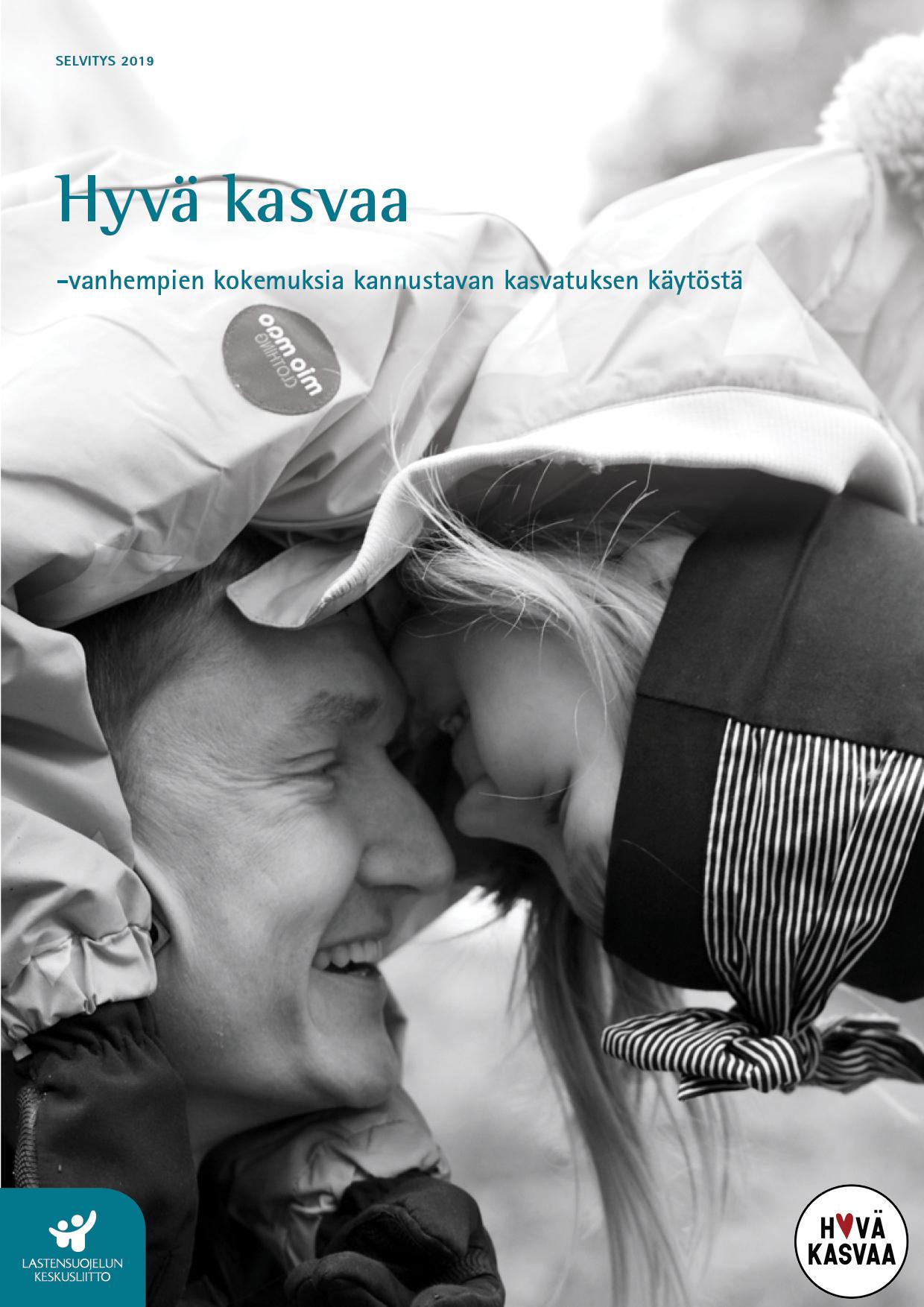 Mustavalkoinen kuva, jossa tyttö on isän harteilla ja kurkistaa isän kasvoja. Molemmat hymyilevät.